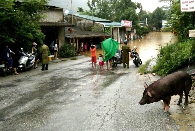 Nhiều nơi ở Thanh Hóa bị chia cắt, cô lập vì mưa lũ - ảnh 5