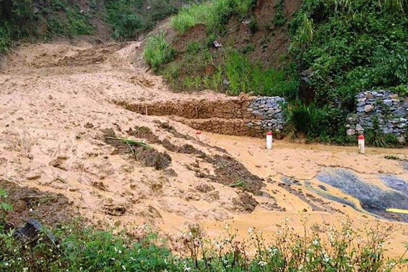 Nhiều nơi ở Thanh Hóa bị chia cắt, cô lập vì mưa lũ - ảnh 10