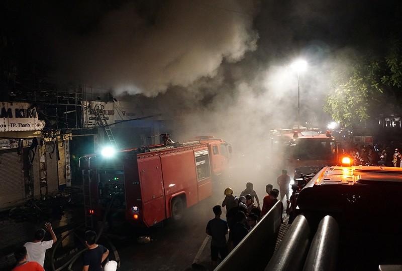 Cháy dữ dội ở phố sầm uất nhất TP Thanh Hóa - ảnh 1