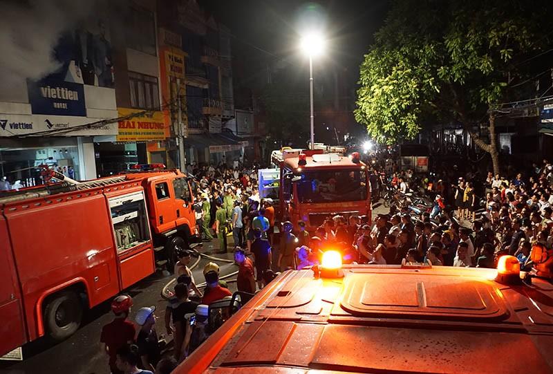 Cháy dữ dội ở phố sầm uất nhất TP Thanh Hóa - ảnh 2