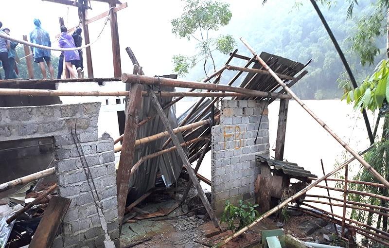 Nhiều phòng học, nhà dân ở Thanh Hóa bị sập, vùi lấp - ảnh 4