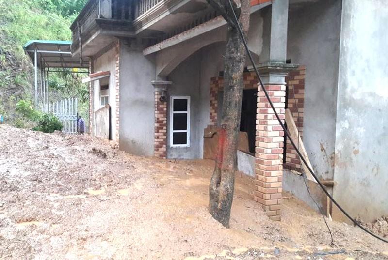 Nhiều phòng học, nhà dân ở Thanh Hóa bị sập, vùi lấp - ảnh 2