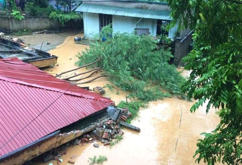 Nhiều phòng học, nhà dân ở Thanh Hóa bị sập, vùi lấp - ảnh 7
