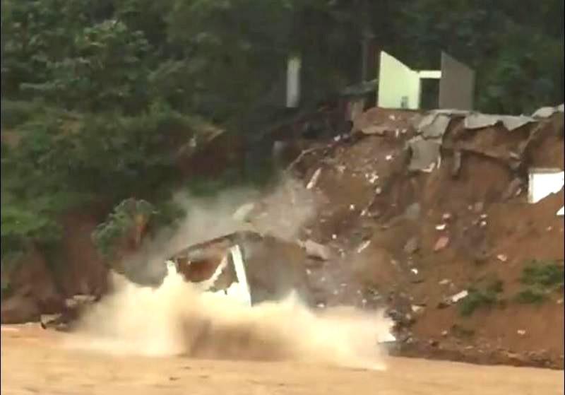 Nhà 2 tầng bất ngờ rơi xuống sông Lò - ảnh 3