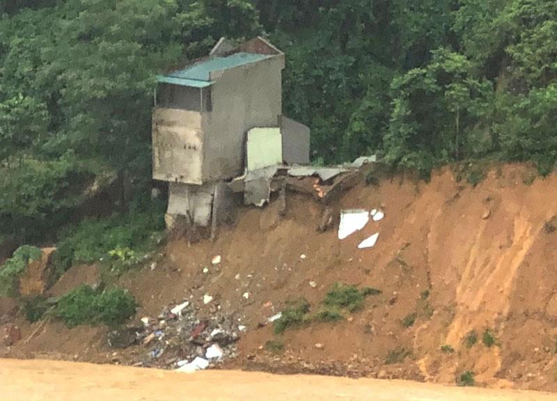 Nhà 2 tầng bất ngờ rơi xuống sông Lò - ảnh 1
