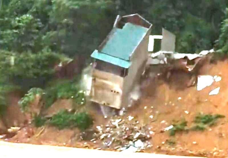 Nhà 2 tầng bất ngờ rơi xuống sông Lò - ảnh 2