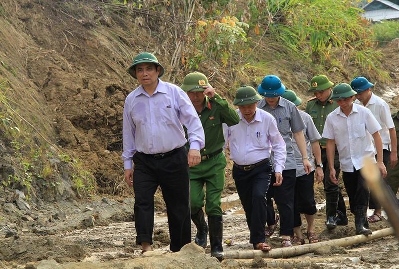 Trưởng ban tổ chức TW vượt núi đi bộ vào tâm lũ Mường Lát - ảnh 2