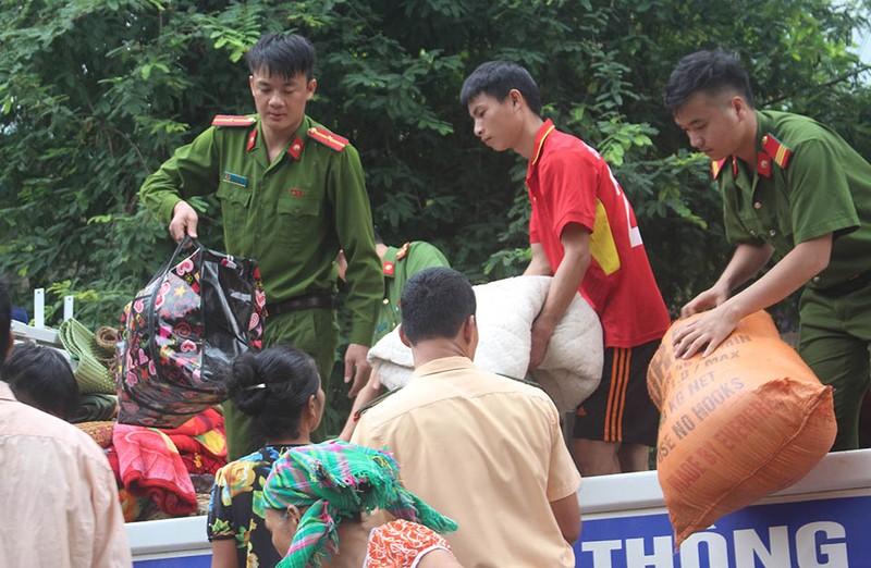 Những chiến sĩ công an giúp dân trong lũ dữ Mường Lát - ảnh 4