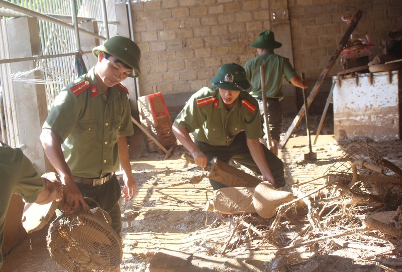Những chiến sĩ công an giúp dân trong lũ dữ Mường Lát - ảnh 5