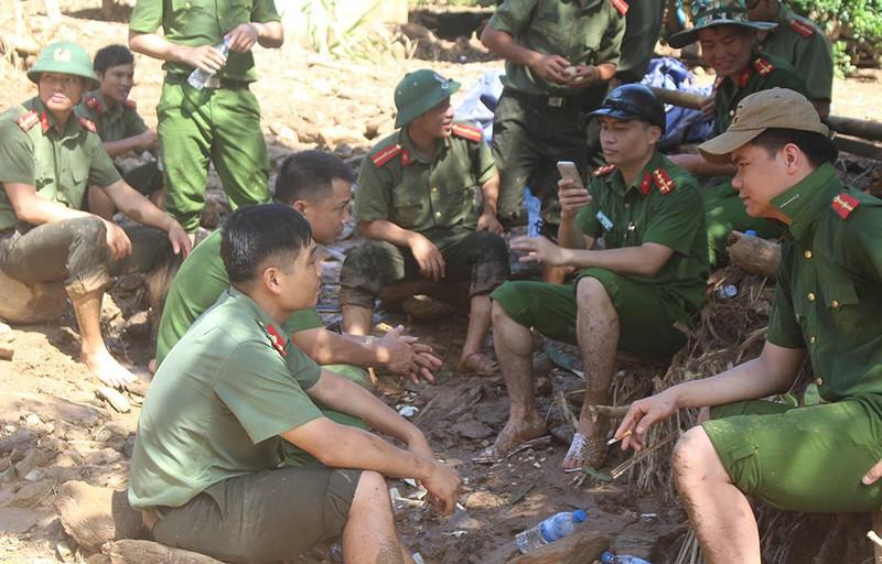 Những chiến sĩ công an giúp dân trong lũ dữ Mường Lát - ảnh 11