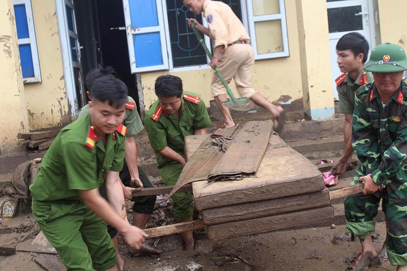 Những chiến sĩ công an giúp dân trong lũ dữ Mường Lát - ảnh 10