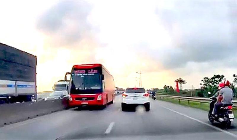Phạt nhà xe có tài xế phóng ô tô khách ngược chiều - ảnh 1