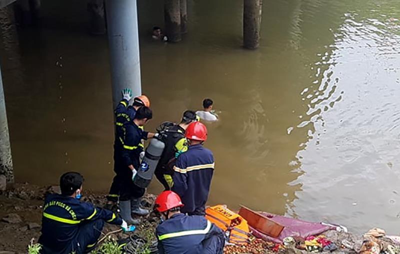 Xe khách lao xuống sông, nhiều người thương vong - ảnh 4
