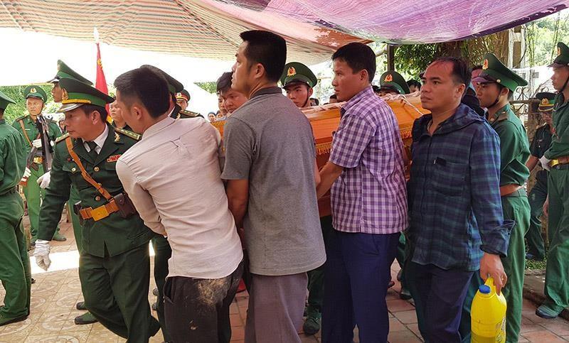 Người dân, đồng đội thương khóc tiễn biệt Thiếu tá Vi Văn Nhất - ảnh 6