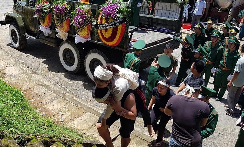 Người dân, đồng đội thương khóc tiễn biệt Thiếu tá Vi Văn Nhất - ảnh 5