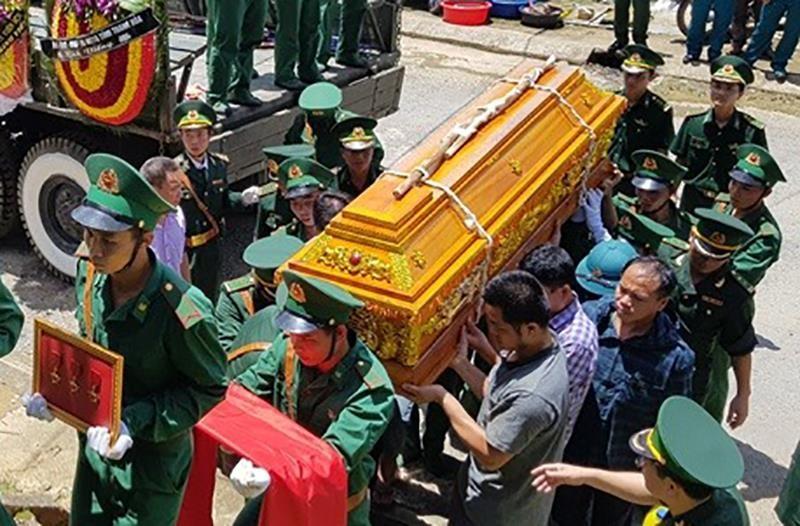 Người dân, đồng đội thương khóc tiễn biệt Thiếu tá Vi Văn Nhất - ảnh 4