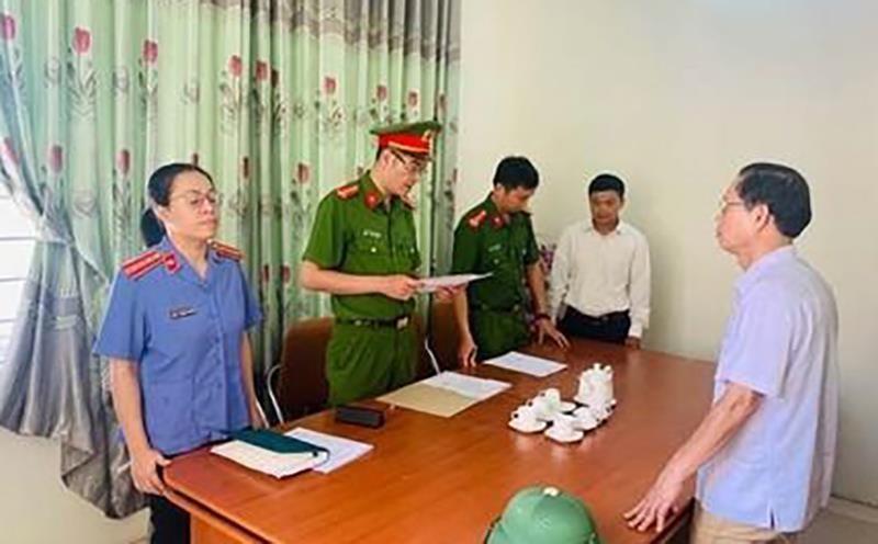 Bắt giữ cựu chủ tịch xã 'ăn chặn' tiền đất của 5 hộ dân - ảnh 1