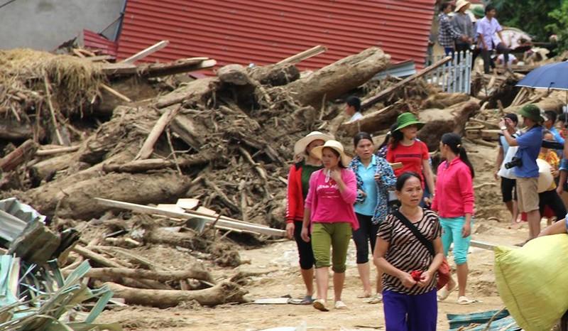 Lũ rút ở Sa Ná, gỗ tràn lan khắp bản - ảnh 9