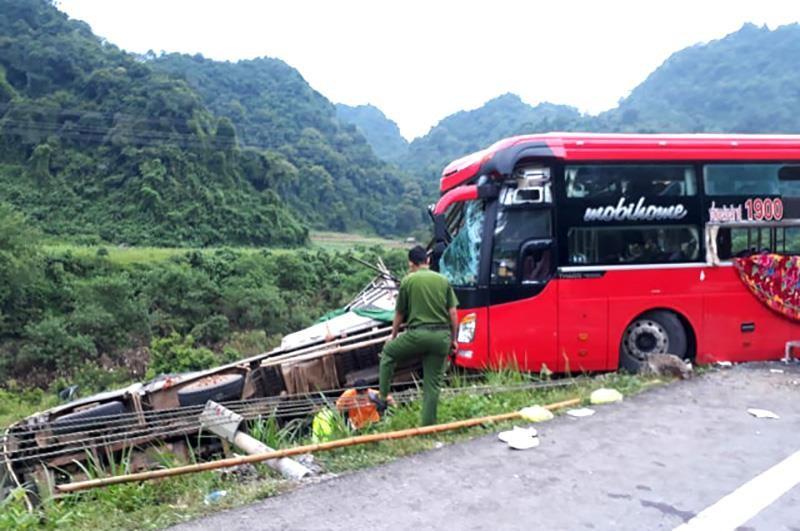 Xe khách tông đuôi ô tô tải, 16 người thương vong - ảnh 1