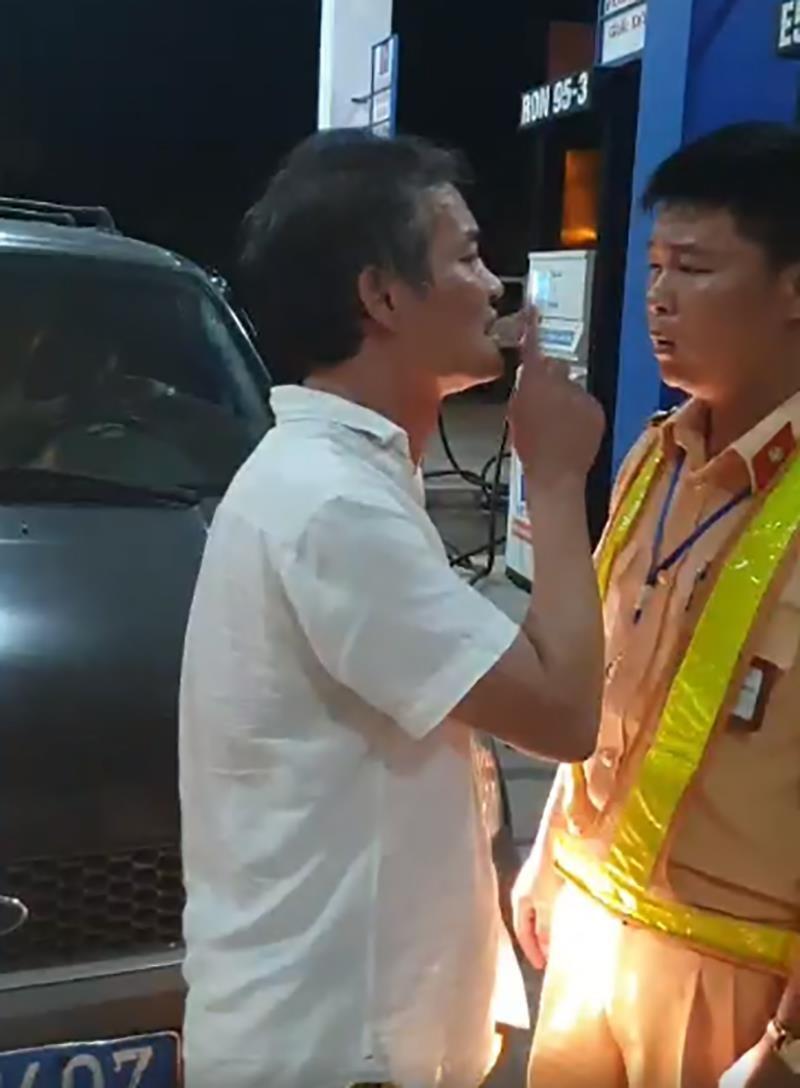 1 tài xế lái xe biển xanh tát, cự cãi với cảnh sát giao thông - ảnh 1