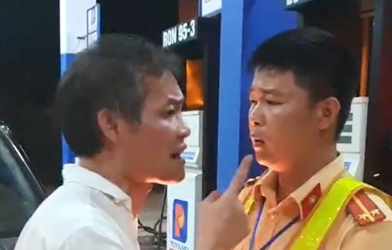 1 tài xế lái xe biển xanh tát, cự cãi với cảnh sát giao thông - ảnh 2