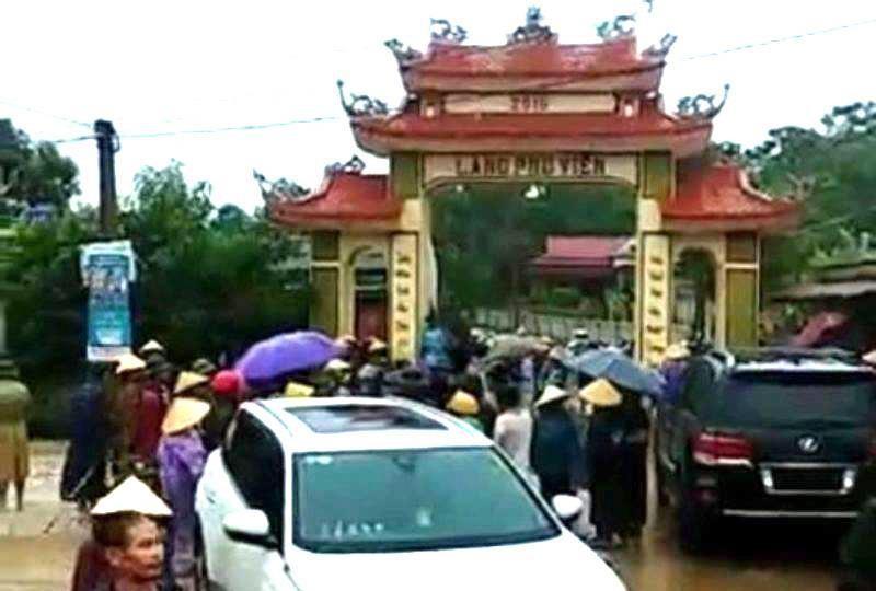 Vụ bị dân vây vì đập cổng làng: Triệu tập 11 người - ảnh 1