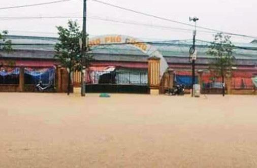 Mưa lớn khiến nhiều nơi ở Thanh Hóa bị ngập sâu - ảnh 2