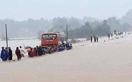 Mưa lớn khiến nhiều nơi ở Thanh Hóa bị ngập sâu - ảnh 1