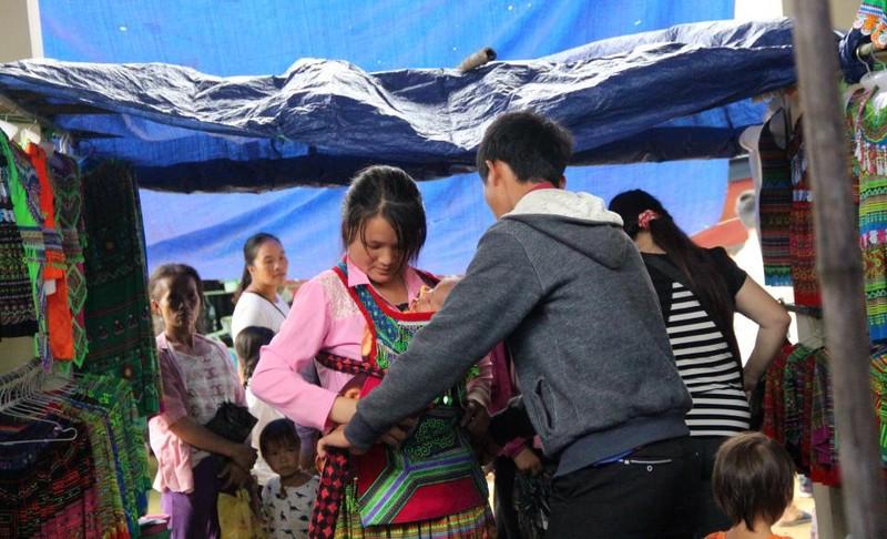   Người Mông biên giới nô nức xuống chợ mừng tết Độc lập - ảnh 10
