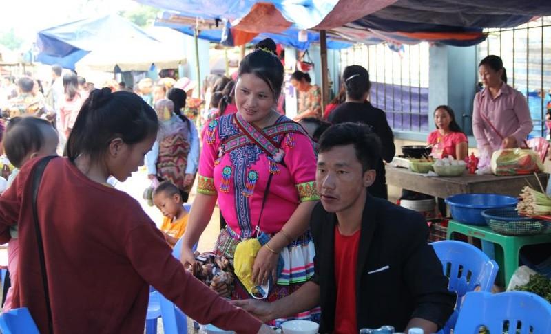   Người Mông biên giới nô nức xuống chợ mừng tết Độc lập - ảnh 2