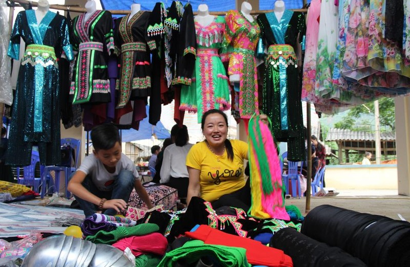   Người Mông biên giới nô nức xuống chợ mừng tết Độc lập - ảnh 13