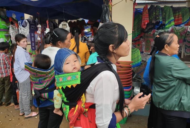   Người Mông biên giới nô nức xuống chợ mừng tết Độc lập - ảnh 3
