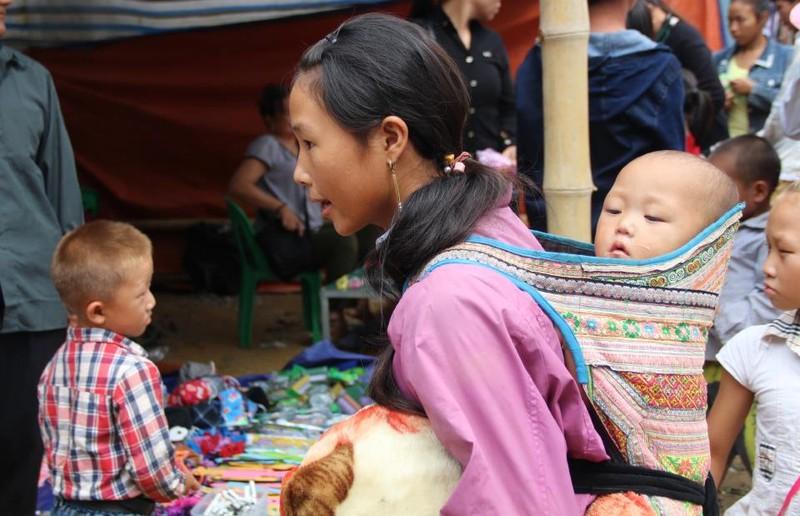   Người Mông biên giới nô nức xuống chợ mừng tết Độc lập - ảnh 8