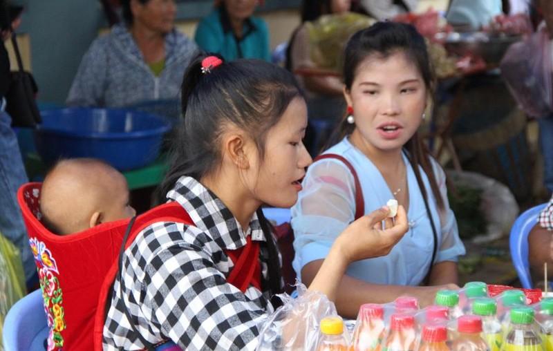   Người Mông biên giới nô nức xuống chợ mừng tết Độc lập - ảnh 9
