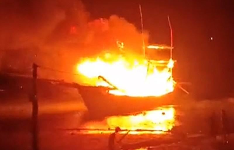 Tàu cá neo đậu phát nổ, 8 người thương vong, mất tích - ảnh 1