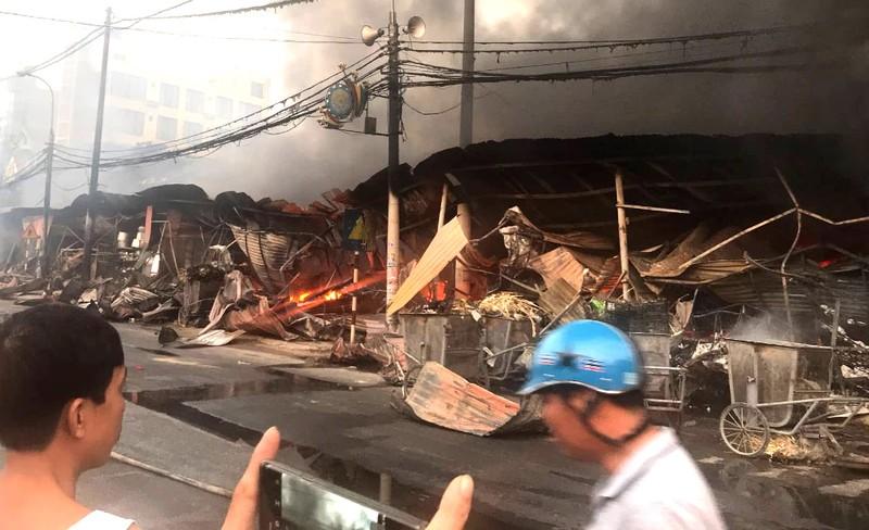 Cháy chợ Còng ở Thanh Hóa, hàng trăm ki ốt bị thiêu rụi - ảnh 2