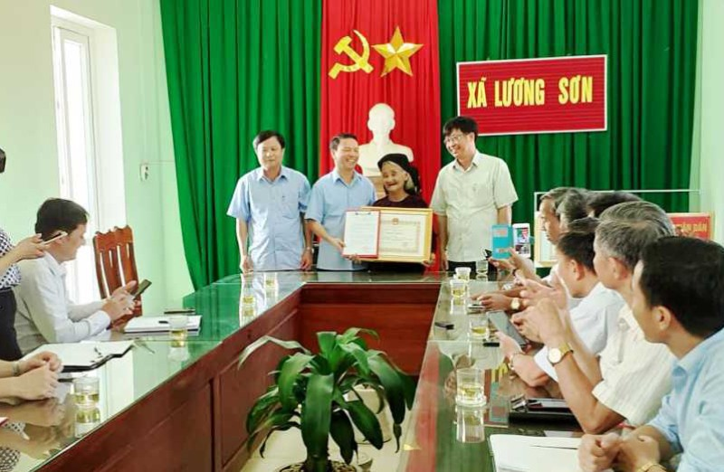 Chủ tịch tỉnh Thanh Hóa tặng bằng khen cụ bà xin thoát nghèo  - ảnh 1