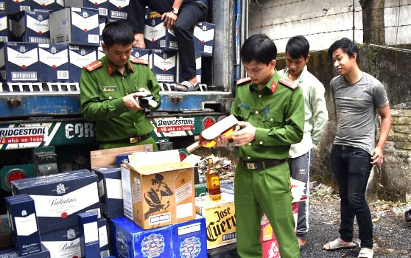 1.000 chai rượu ngoại đem ra Hà Nội tiêu thụ không nguồn gốc - ảnh 1