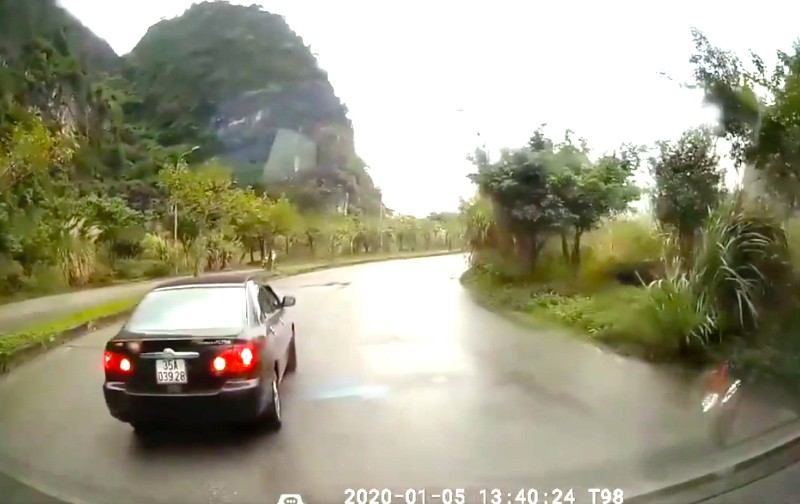 Tài xế lùi xe trên quốc lộ tránh cảnh sát đo nồng độ cồn - ảnh 1