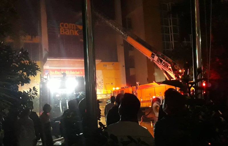 3 cảnh sát nhường mặt nạ cho dân khi lửa bao trùm - ảnh 3