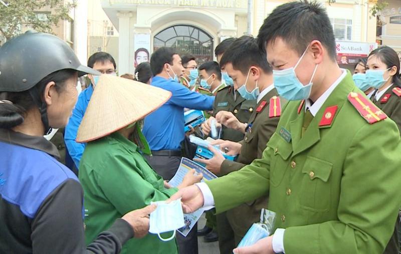 Cảnh sát phát khẩu trang cho dân phòng, chống virus Corona - ảnh 3