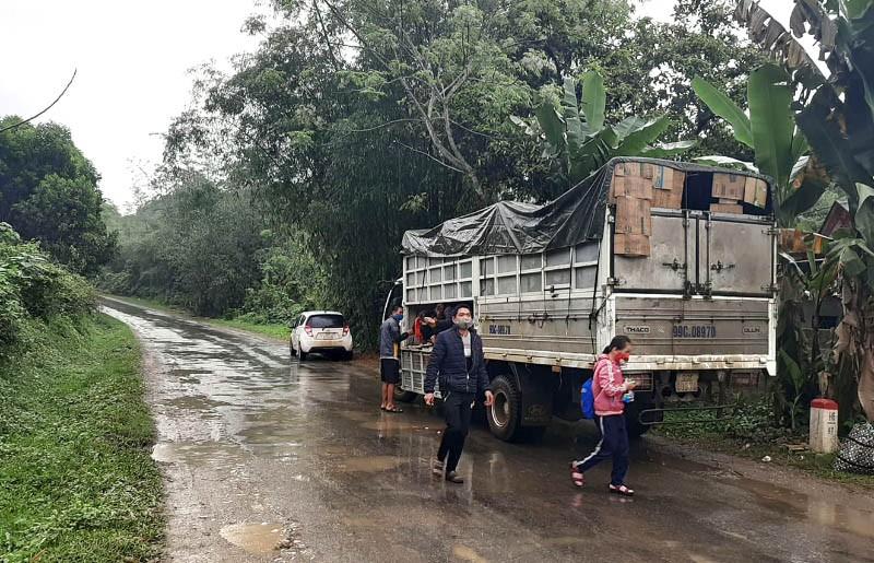 Xe tải chở 15 người có cả trẻ em vượt chốt khai báo y tế - ảnh 1
