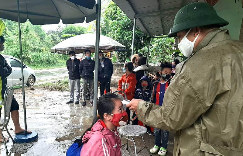 Xe tải chở 15 người có cả trẻ em vượt chốt khai báo y tế - ảnh 2