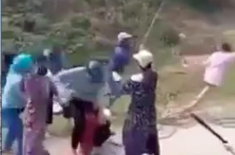 20 cô gái cầm gậy sắt hỗn chiến - ảnh 1