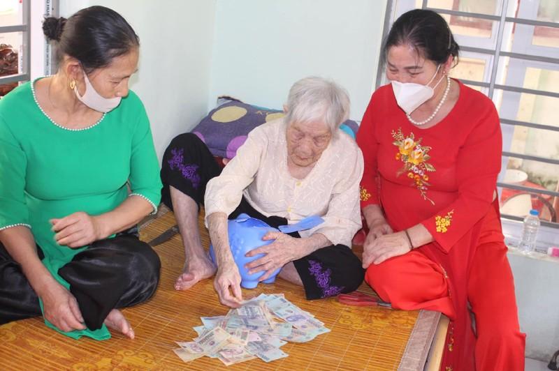 Cảm động cụ bà 107 tuổi đập heo đất góp tiền chống dịch - ảnh 1