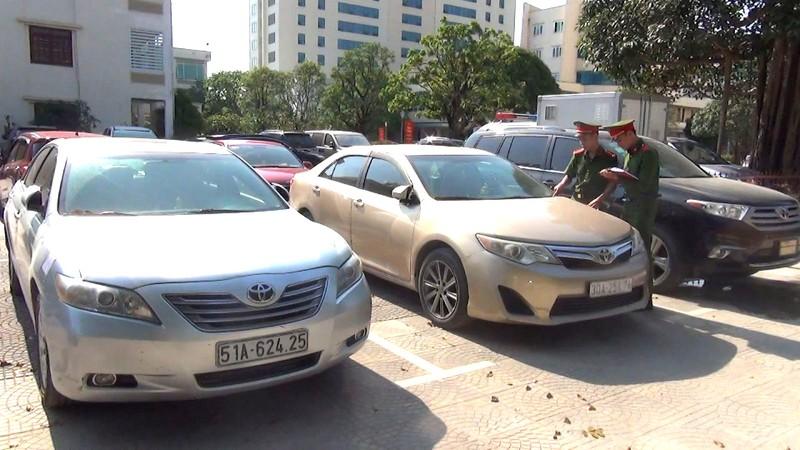 Tạm giữ cả chục ô tô sang nhập lậu vào Việt Nam - ảnh 1