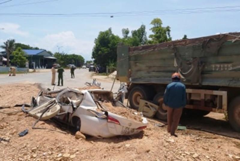 Va chạm xe tải, 3 người trên ô tô tử vong thương tâm - ảnh 1