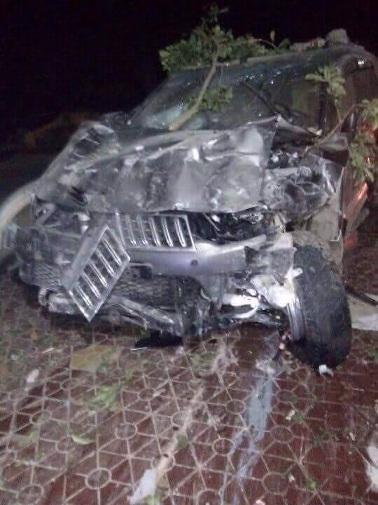 Chiếc xe gây tai nạn nát bét được bỏ lại hiện trường