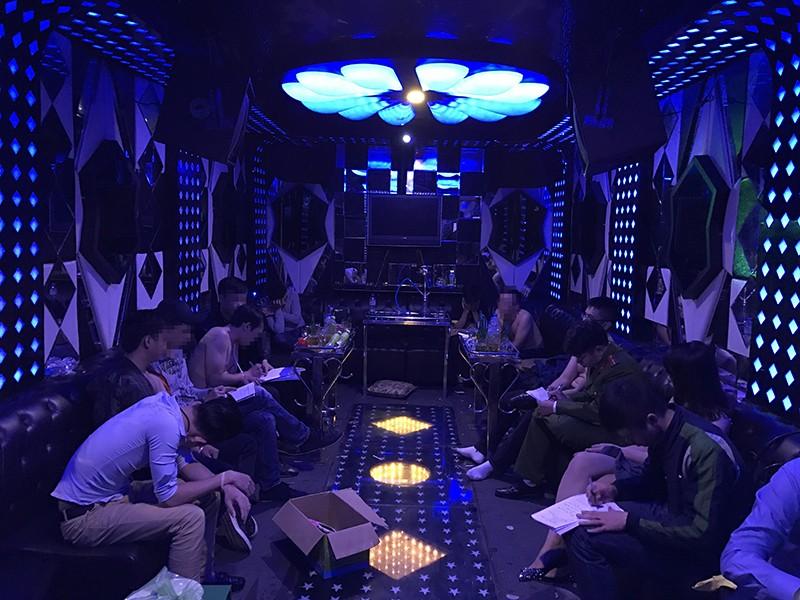 Chủ quán karaoke xinh đẹp chứa người nghiện ma túy - ảnh 1