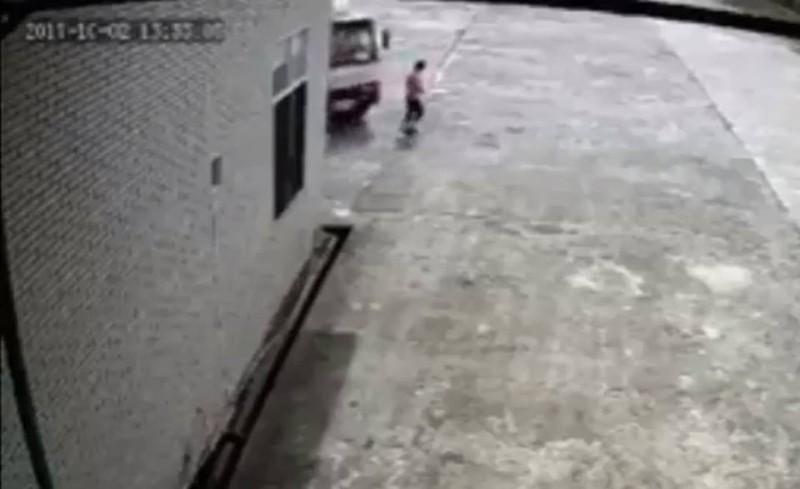 Nữ công nhân đi bộ trong công ty bị xe tải tông tử vong - ảnh 1